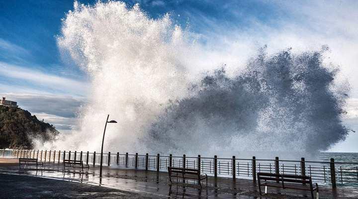 大浪衝擊美加州海岸 民眾觀賞美景