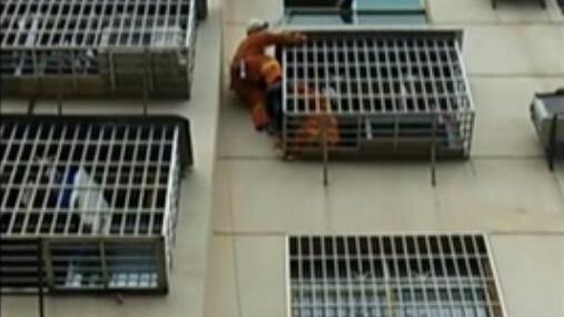 江西萬載:女童懸挂四層窗外 消防緊急營救