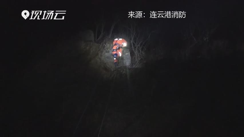 男子墜落懸崖被困山腰 消防員索降救人