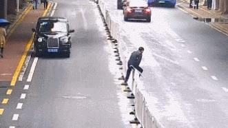 男子跨欄穿馬路被卡 帶翻一排護欄