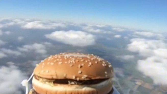 """英國:乘坐氣象氣球 漢堡踏上""""高空之旅"""""""