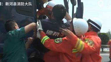 兩車高速追尾一人被困 消防緊急救援