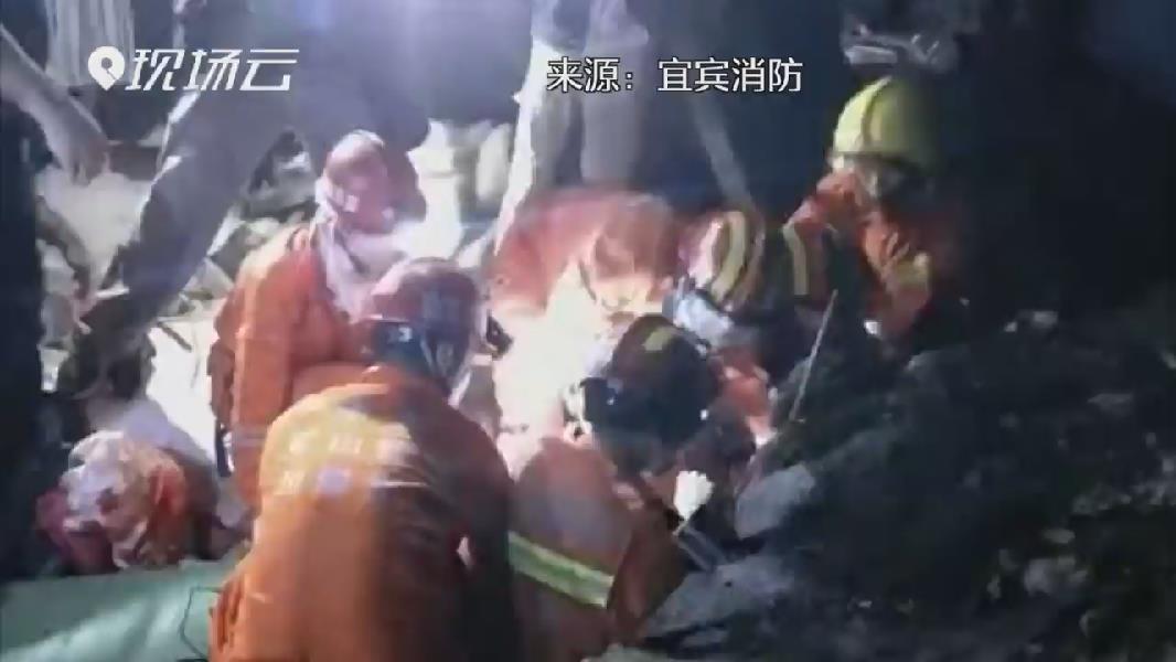 四川長寧地震救援現場直擊:一名被埋壓女子獲救