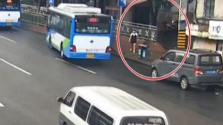"""重慶:猝不及防""""鬼探頭"""" 女子橫穿公路被撞飛"""