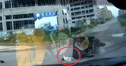 驚險!三輪車撞上小轎車,嬰兒被甩出