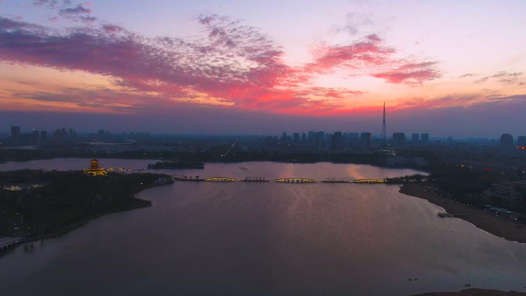 瞰中國|日落大河升紅霞 燈火萬家溢流光