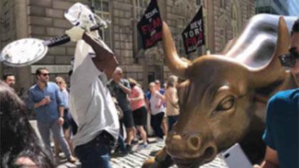 紐約地標華爾街銅牛被砸