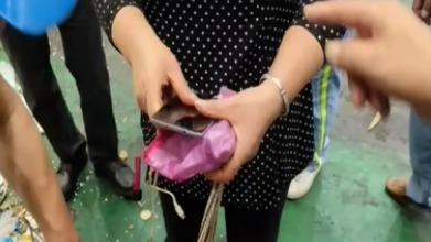 上海:裝有現金袋子被誤丟 環衛工人幫忙找回