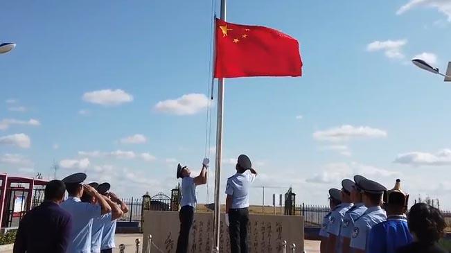 五星紅旗飄揚 民警 牧民在塞外北疆祝福祖國