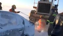 內蒙古:暴風雪致30余輛車被困 緊急救援