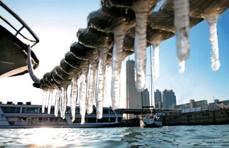 滴水成冰 今年最強寒潮席卷日本