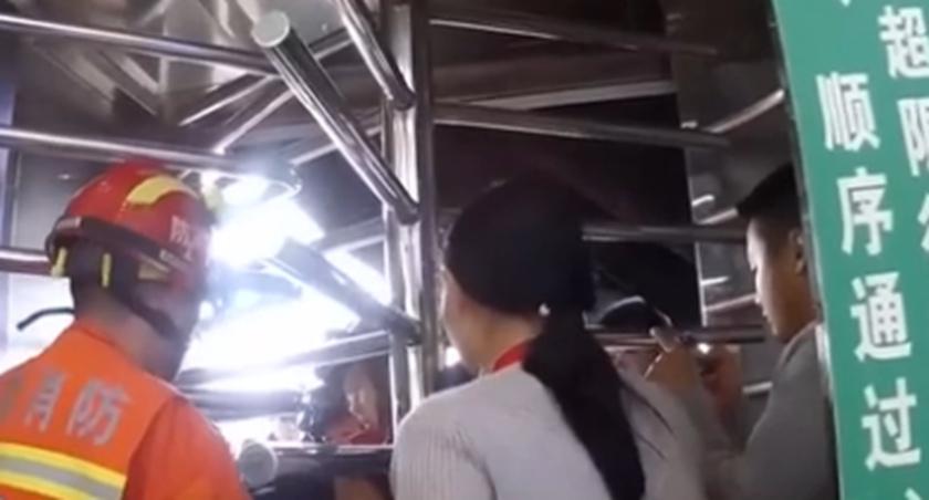 安徽銅陵:一兒童被卡火車站旋轉門 公安消防成功解救