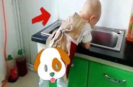 兩歲萌娃宅在家學做飯 擰花卷搟面條包餃子
