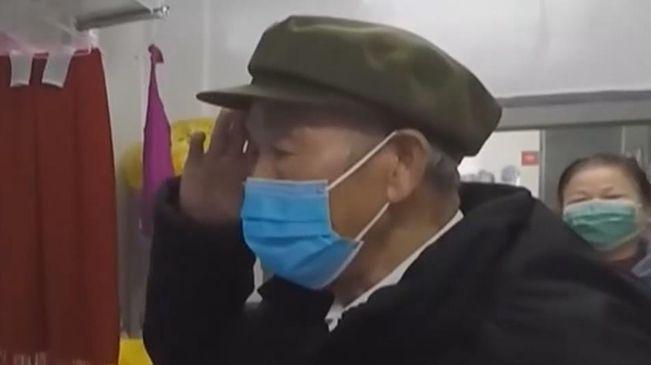 湖北武漢:戰疫情——火神山臨別的軍禮