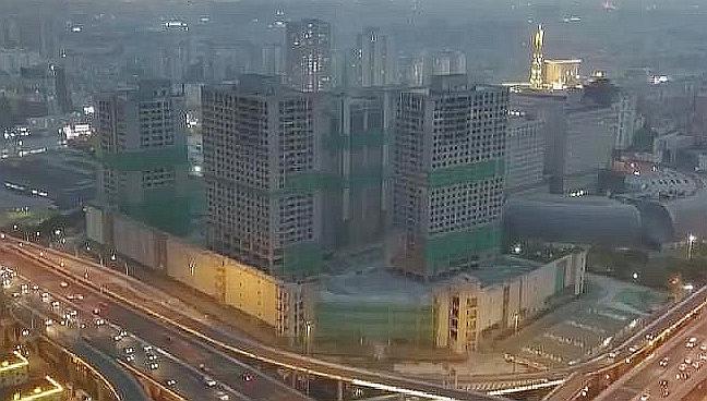 """上海中環中心四幢""""爛尾樓""""被同時爆破拆除"""