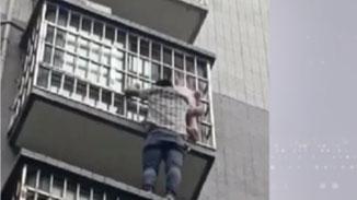 驚險! 重慶女童頭卡防盜網 身體懸空