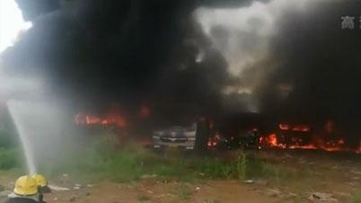 廣東清遠:一停車場10多輛車發生自燃