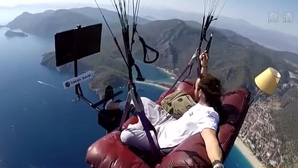 坐沙發上天 土耳其男子酷玩滑翔傘