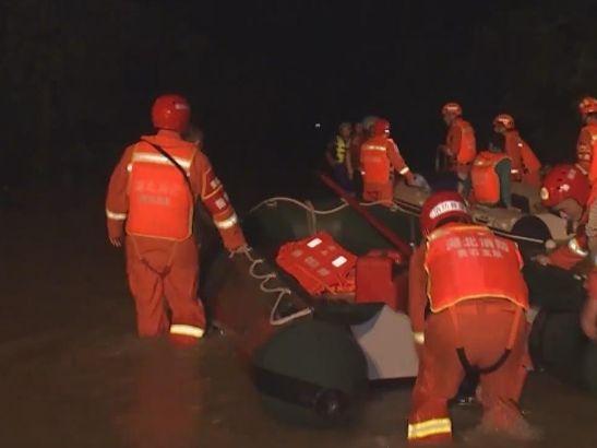 湖北黃石消防隊員連夜轉移被困民眾