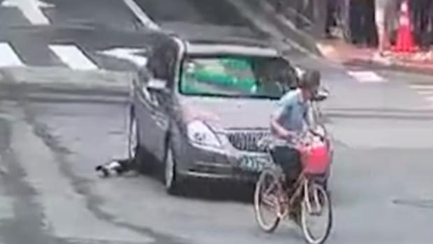 杭州:女子被卷入車底 眾人11秒抬車救人