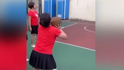 廣場舞大媽為爭奪籃球場 精準投出三分球