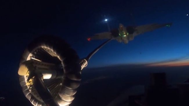 海軍:技術突破 殲-15完成夜間夥伴加油