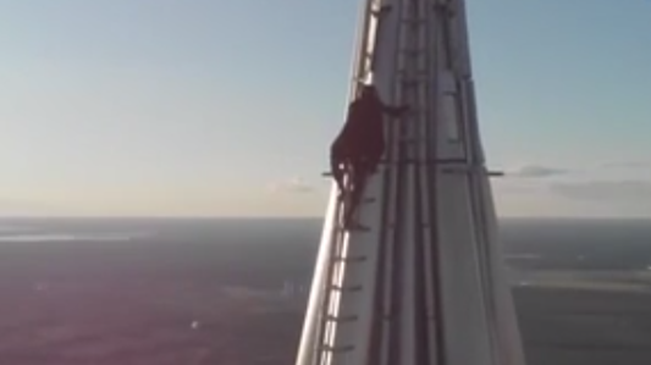 """攀高狂人 男子登頂462米俄""""第一高樓"""""""