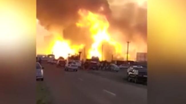 火球衝天 俄羅斯公路加油站突然起火爆炸