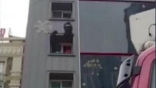 荒唐! 韓國男子吸毒欲跳樓 特警一腳踹回屋