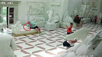 可惡!與藝術零距離?一遊客拍照坐壞19世紀雕塑