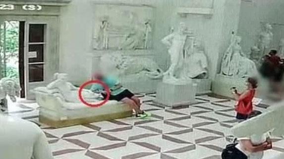 意大利:遊客拍照坐壞19世紀雕塑