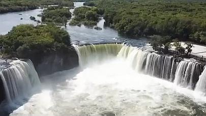 黑龍江:鏡泊湖吊水樓瀑布呈現三面環水壯觀景象