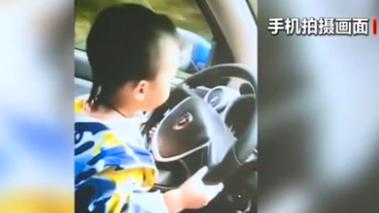 重慶:父母曬三歲寶寶開車 交警處罰