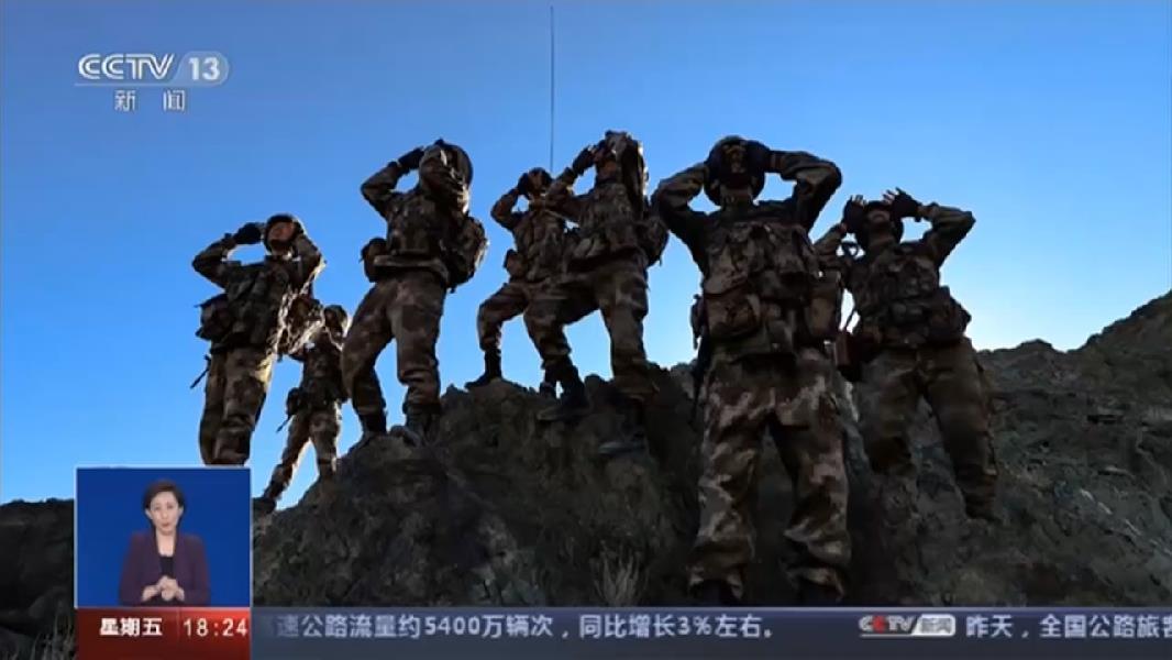 西藏:向祖國獻禮 邊防線高山上飄揚五星紅旗