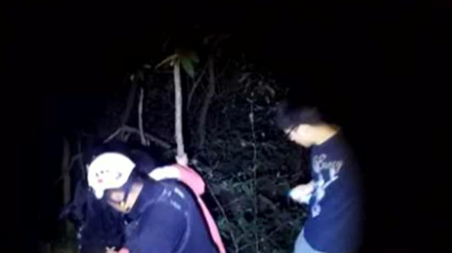 山東青島:登山走野路被困 搜救隊連夜救援