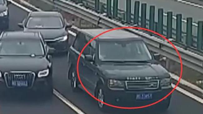 浙江:危險!高速公路倒車變道逼停後方來車