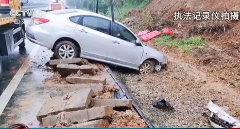 江西彭澤:男子疲勞駕駛 衝壞圍欄十幾米