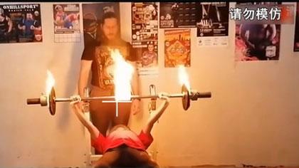30公斤燃燒杠鈴 俄12歲女孩1分鐘臥推25次