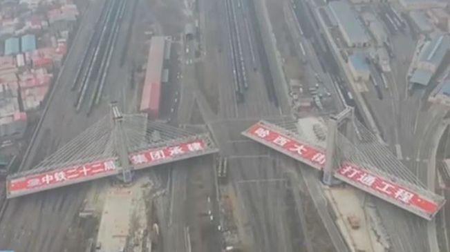 哈爾濱:我國跨越鐵路線路最多轉體斜拉橋合龍