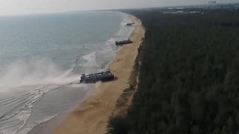 海军:官兵乘坐国产气垫艇完成抢滩登陆演练