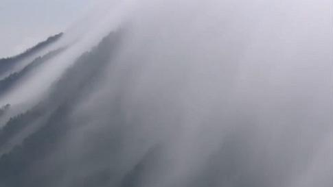 江西:瀑布雲奔流傾瀉 廬山美如仙境