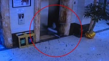 福建泉州:兩男子撞開電梯門 雙雙跌入電梯井