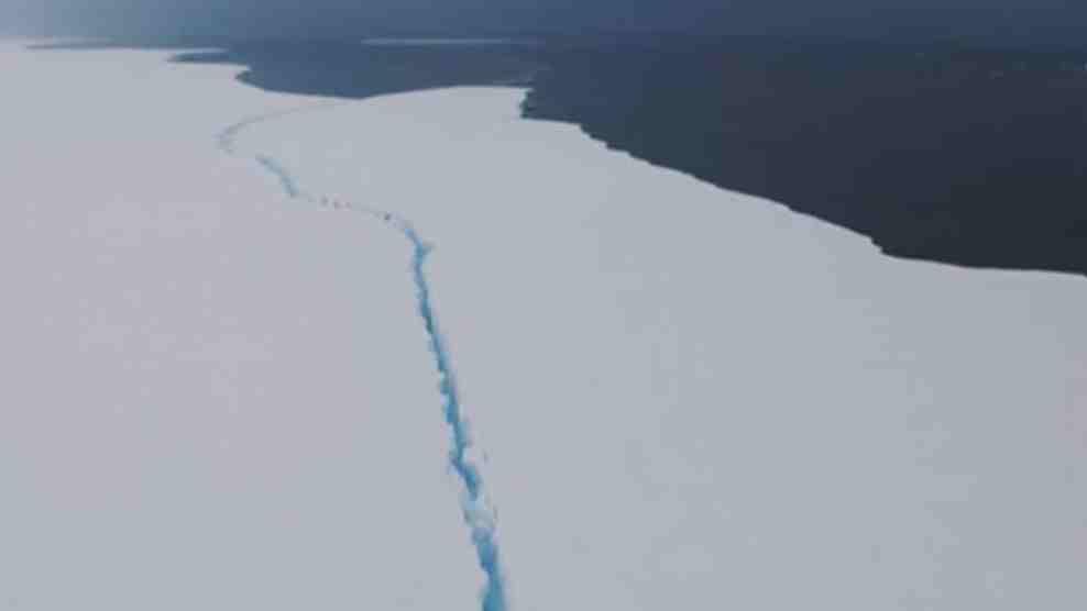 南極大型冰山漂移 或與島嶼相撞