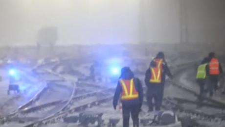山海關車站迎來今冬首場大雪 鐵路職工應急作業