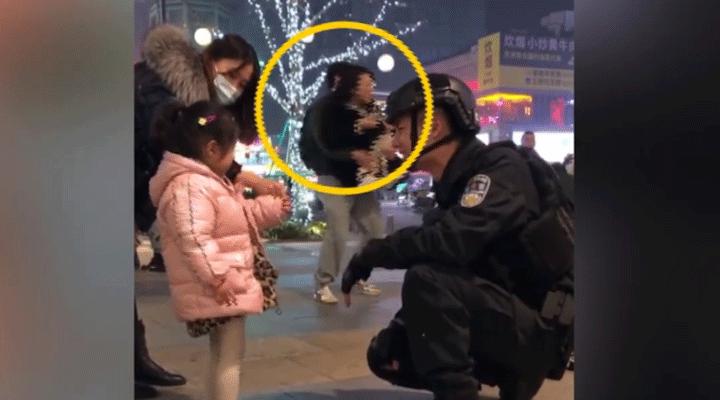 女子被特警圈粉蹲地拍照不想走,男友接下來的舉動驚呆網友