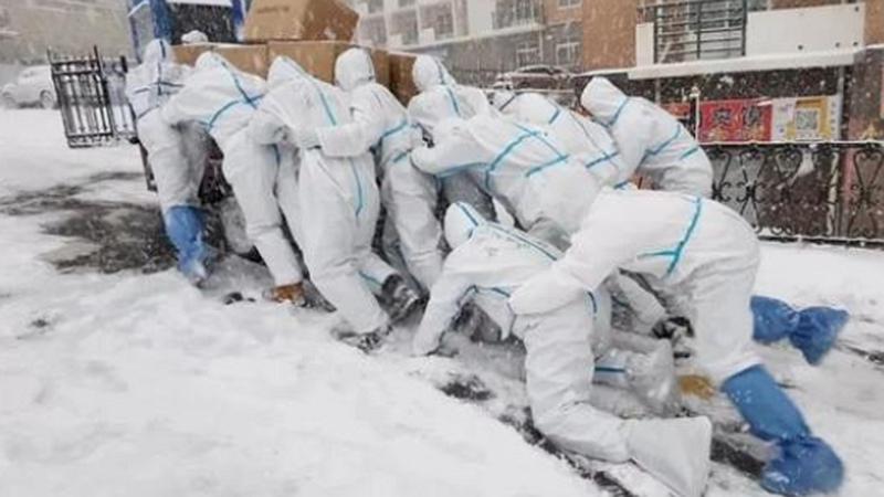 """遼寧大連:逆風而行 風雪中""""移動的雕塑"""""""