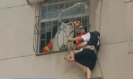 廣東東莞:3歲男童從窗臺跌落 頭部被卡防盜網