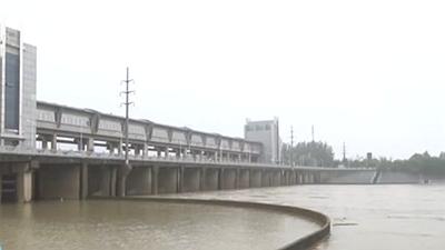 安徽蚌埠:蚌埠閘40孔閘門全部提閘泄洪