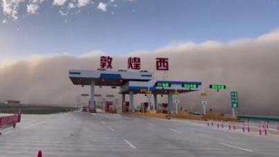 甘肅:敦煌出現強沙塵暴 沙墻滾滾而來