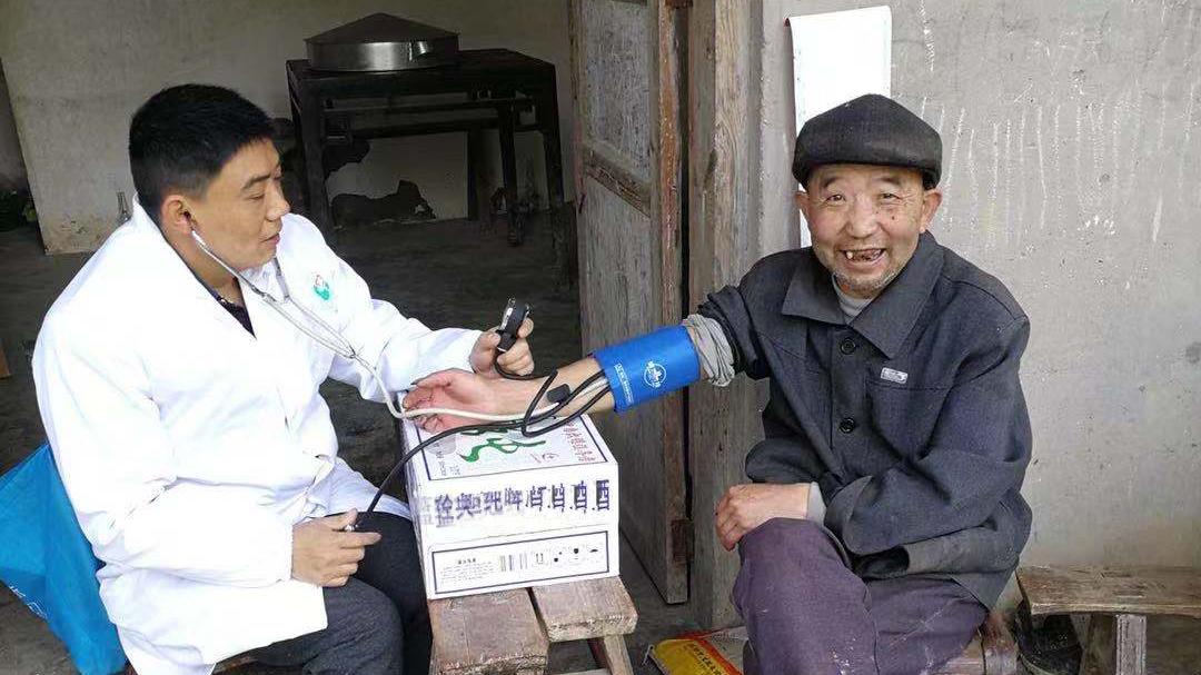 追夢中國人|鄉村醫生譚明章:父子兩代堅守,致力鄉村醫療